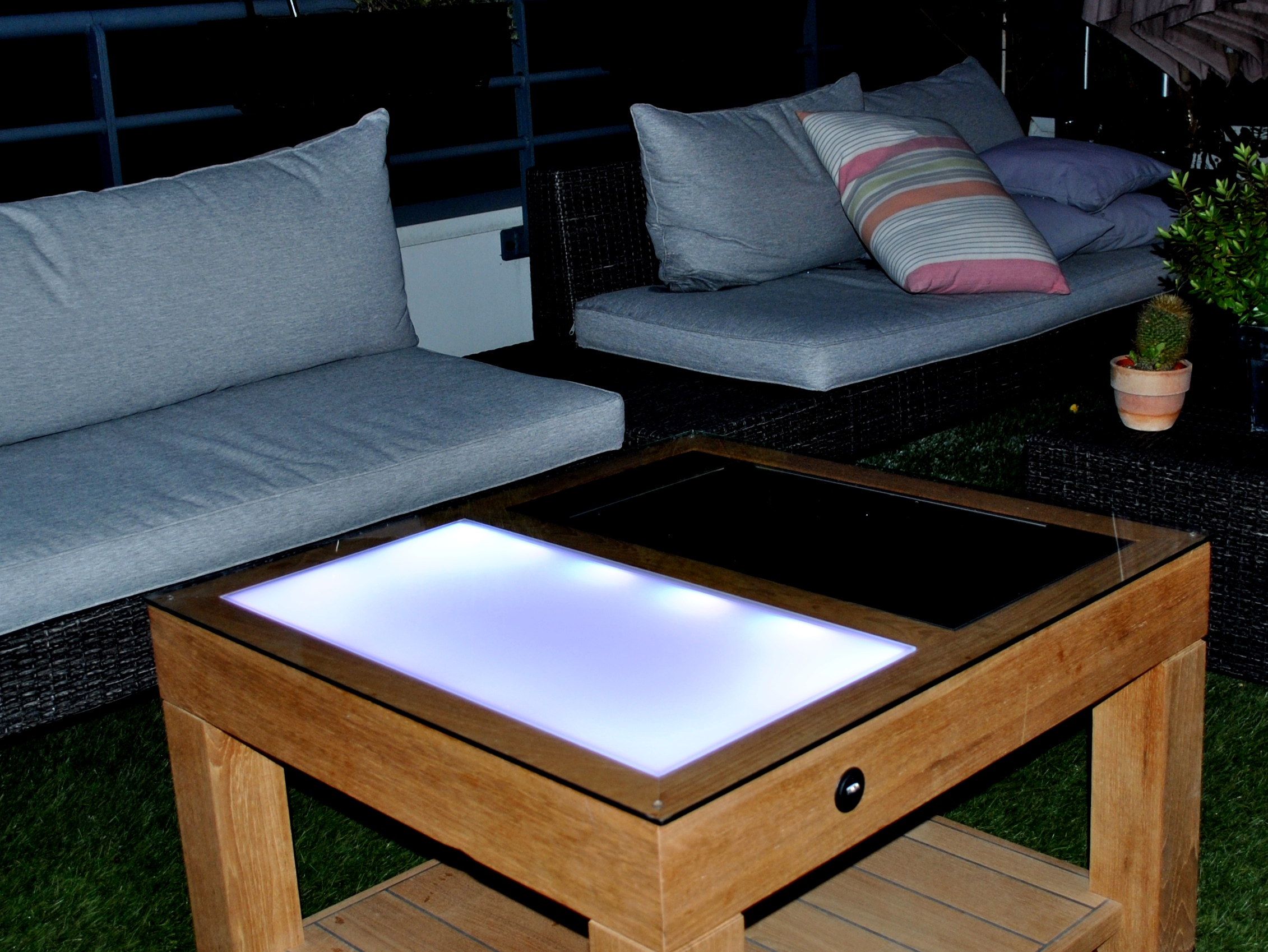 solar; solar table; solaire;table solaire;table solaire batterie;table autonome;look n phil;LOOKNPHIL;Stand;Professionel;event;LOOKNPHIL;design;mobilier;decoration;design d'interieur;evenement;aménagement;